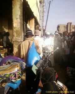 Des auditeurs regroupés aux abords du marché. Crédit photo : Sally Bilaly Sow