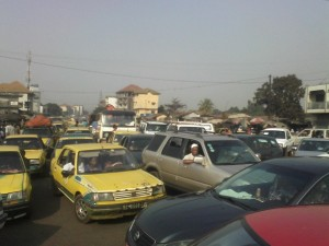 Un embouteillage monstre , au rond point de Cosa. Crédit Photo : Sally Bilaly Sow