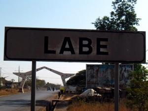 Plaque située à la rentrée de la  commune urbaine de Labé, Crédit Photo : Alpha Ousmane Bah