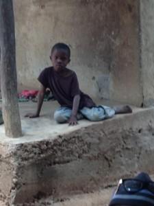 Le petit  Moussa assis sur la véranda de Nenan Adama Diouldé, Photo : Sally Bilaly Sow