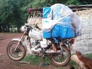 La moto de Mamadou Oury chargée de marchandises. Crédit photo : Habib