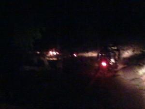 Des phares allumés en pleine nuit. Crédit photo : Habib